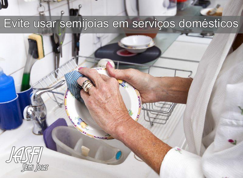 Evite usar semijoias em serviços domésticos